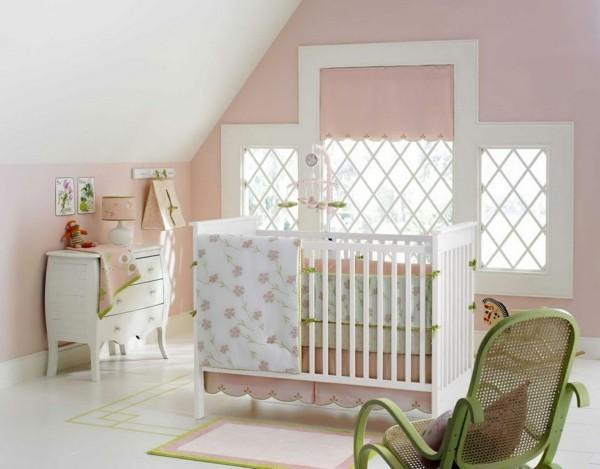 mädchen babyzimmer hellrosa wände grüne akzente