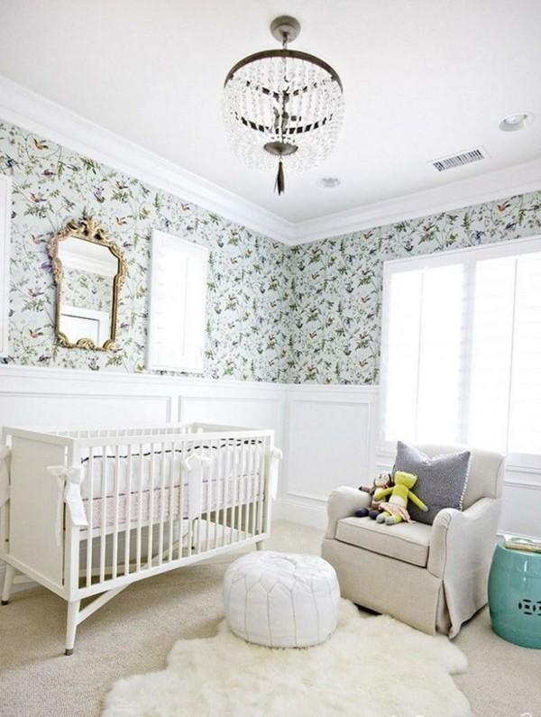 mädchen babyzimmer niedliches tapetenmuster weiße teppiche heller sessel