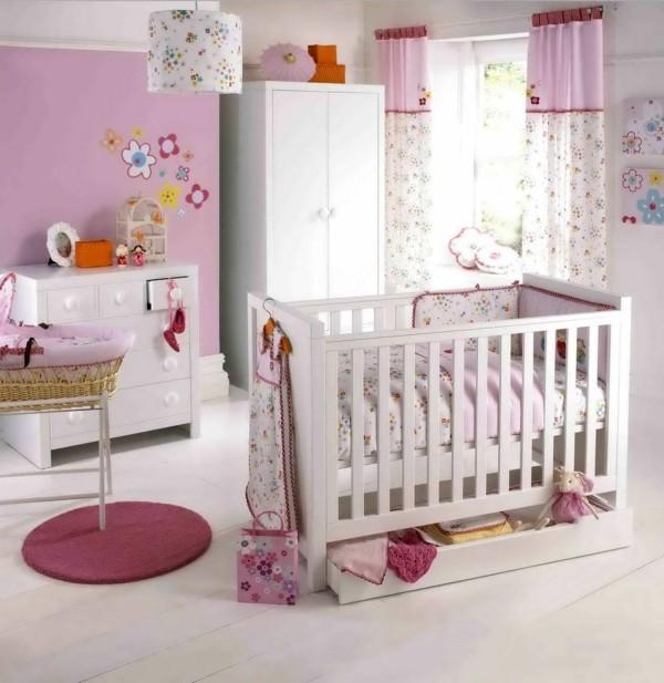 mädchen babyzimmer rosa akzentwand h4eller holzboden luftiges raumgefühl