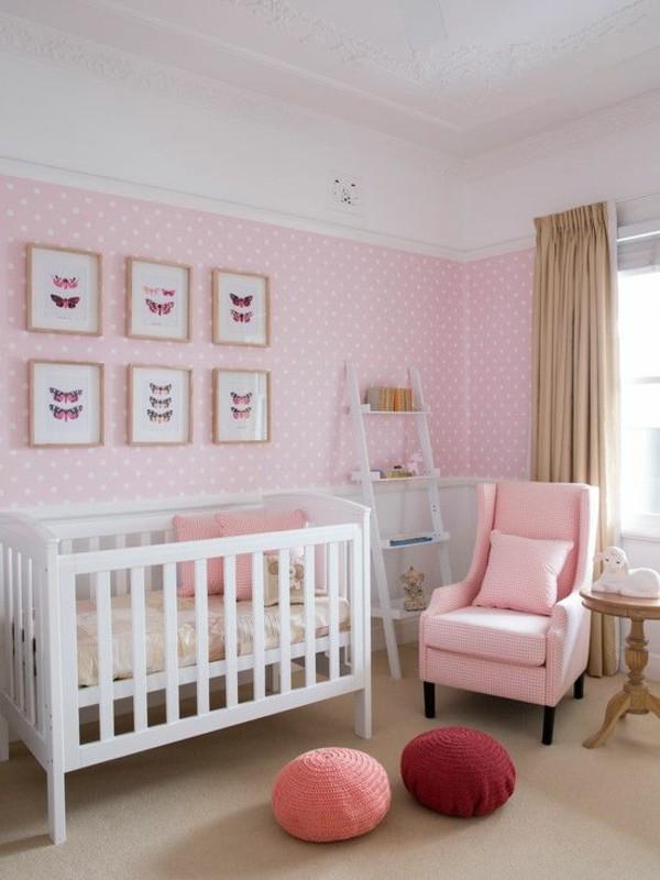 mädchen babyzimmer wanddeko rosatapete beige gardinen