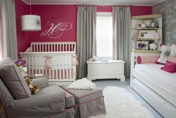 mädchen babyzimmer weißes design rosa akzente grauer sessel