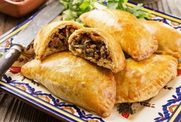 mexikanisches Essen Spezialität Empanadas mit Schweinefleisch Jicama Pico de Gallo gefüllt