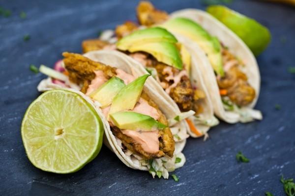 mexikanisches Essen Tacos mit Fisch gefüllt plus Avocado und Zitronenscheiben