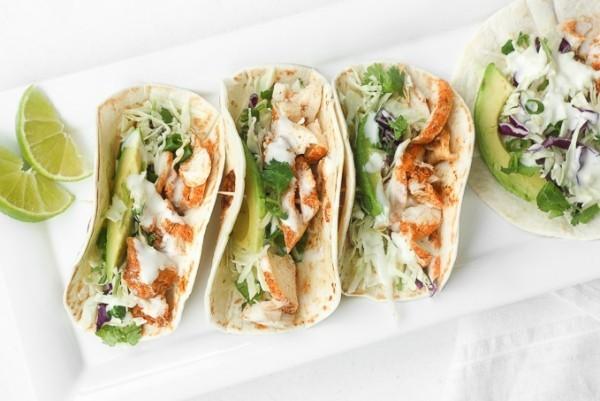 mexikanisches Essen Tacos mit Guacamole und Zitronensauce