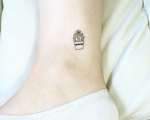 mini tattoos frauen kaktus tätowierung fußgelenk