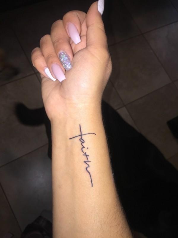 name tätowieren kleine tattoos frauen am handgelenk