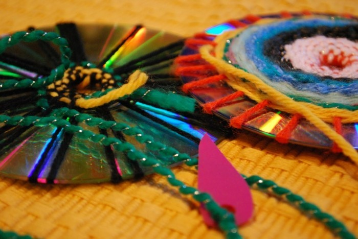 recycling bastelin mit cds upcycling ideen wand deko ideen leinwand selber machen basteln mit garn