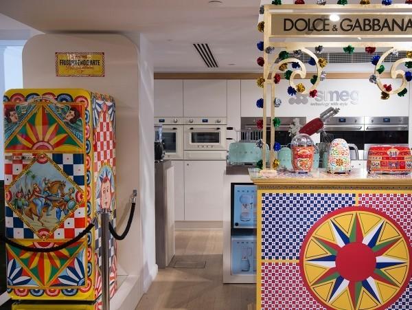 Smeg Kühlschrank Dolce Und Gabbana : Ein kÜhlschrank als kunstwerk smeg s style