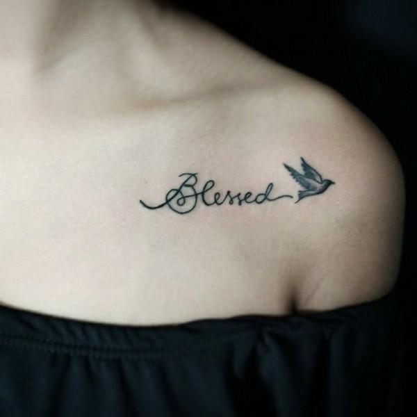 schrift schwalbe tattoos frauen schulter tätowierung