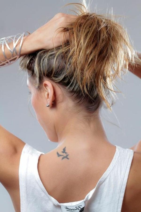 vögel tätowieren nackentattoo kleine tattoos frauen