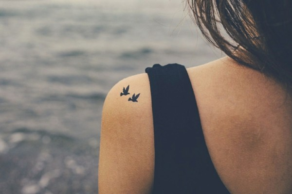 kleine tattoos frauen vögel schulter tattoo