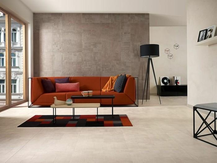 wandfliesen wohnzimmer warme farben sofa schwarze stehlampe