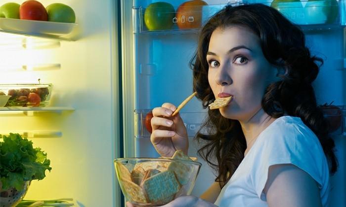 was tun gegen heißhunger frau kühlschrank