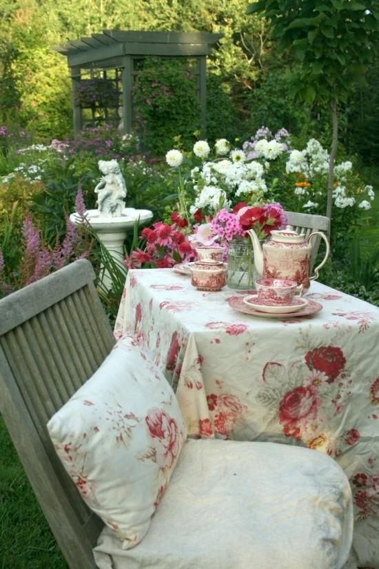 Allein den Nachmittagstee im Garten genießen Vintage Stil