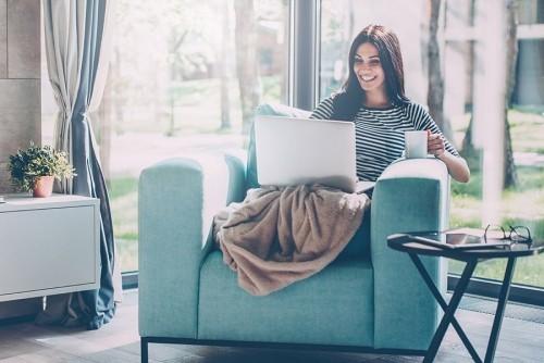 Entspannt gut gelaunt Kaffee trinken Laptop für einen guten Start in den Tag