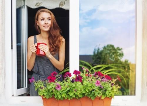 Entspannt gut gelaunt Kaffee trinken frische Luft einatmen den Tag beginnen
