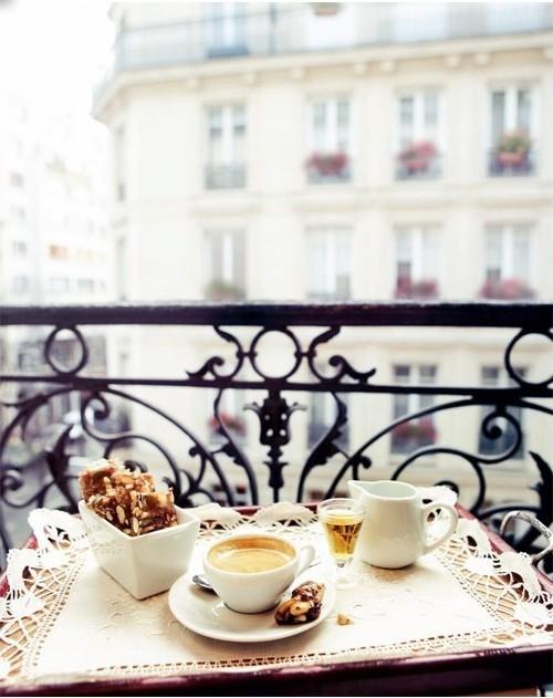 Entspannt in den Tag hinein Müsliriegel starker Kaffee