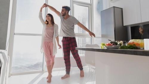 Entspannt stressfrei sein gesundes Frühstück glückliche Menschen