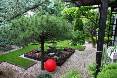 Feng Shui Gartenideen schöne Gartengestaltung rote Kugel Blickfang
