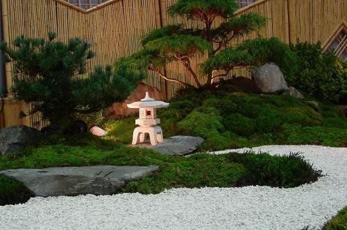 Feng Shui Gartenideen viel üppiger Grün grau-weiße Steine Gleichgewicht