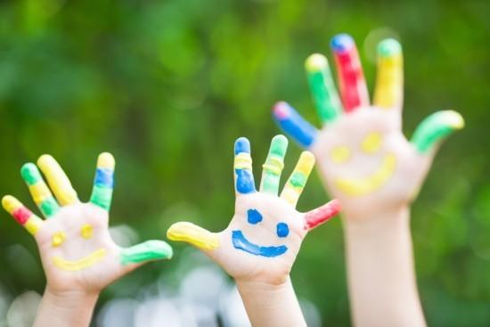 Glücklich sein als Kind mit Freunden spielen