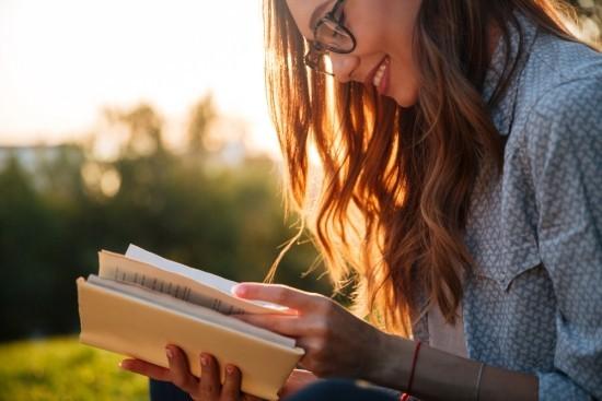 Glücklich sein etwas Neues über die Welt erfahren lesen erforschen