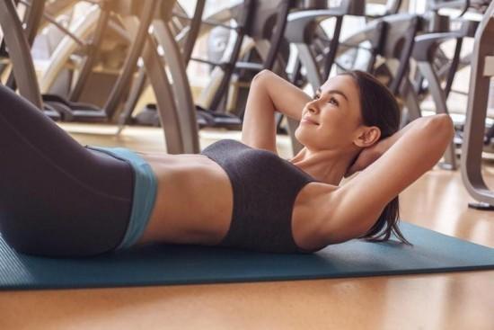 Glücklich sein im Fitnessstudio täglich trainieren gesund in bester Form bleiben