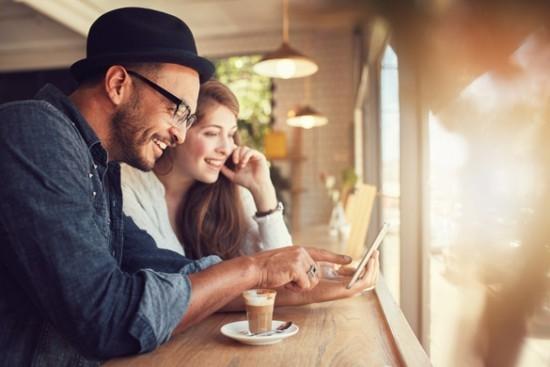 Glücklich sein mit netten Menschen Spaß haben das Glück entdecken