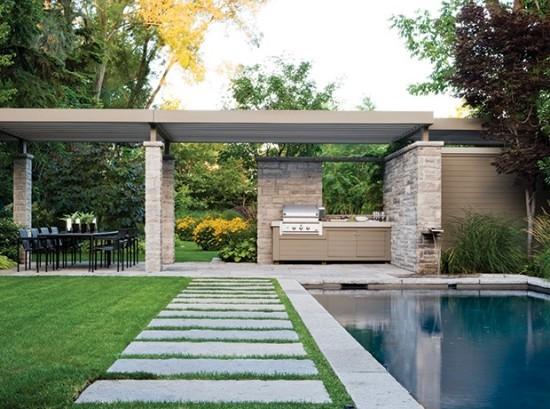 Großer Garten Pergola Outdoor Küche Essbereich grüner Rasen Gartenpool