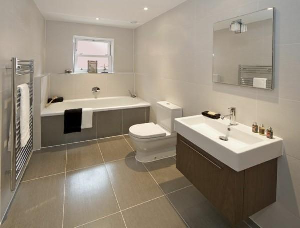 Großflächige quadratische Fliesen bad neu gestalten