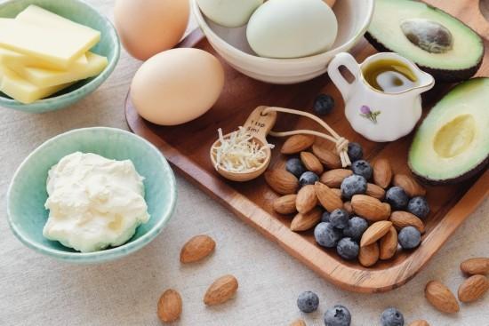 Ketogene Diät fettreich kohlenhydratarm Mandeln Blaubeeren Eier