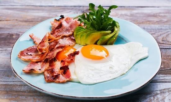 Kontinentales Frühstück Eier Bacon ketogene Diät