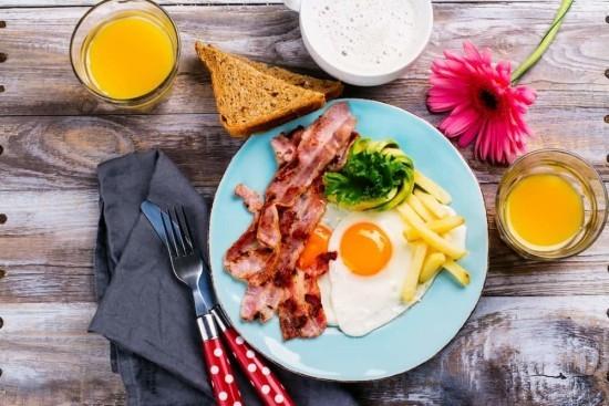 Kontinentales Frühstück ketogene Diät Spiegeleier Bacon Orangensaft
