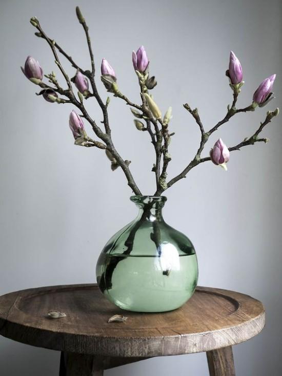 Magnolienzweige in Vase gute Figur