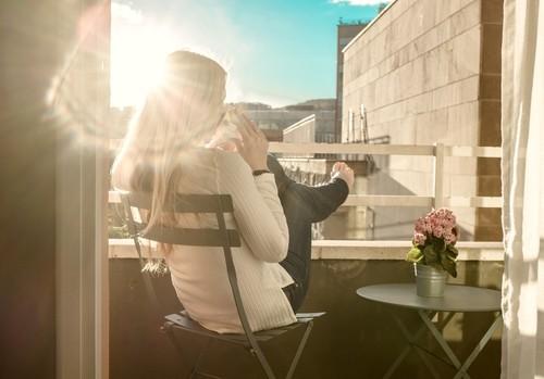 Morgens entspannt auf dem kleinen Balkon Kaffee trinken