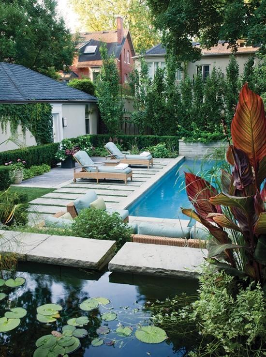 Schwimmbecken im Freien Gartenteich nebeneinander positioniert