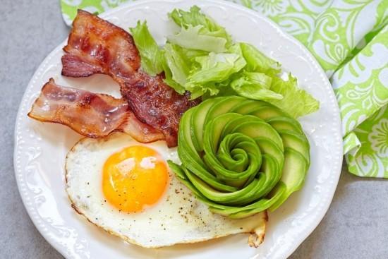 Spiegelei Bacon Avocado fettreich low carb Frühstück ketogene Diät