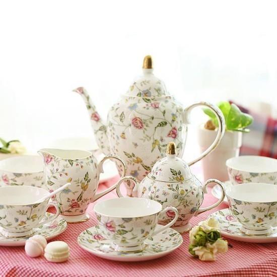 Tea time auf englischer Art feines Teegeschirr dezentes Muster