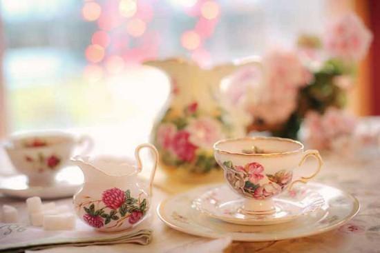 Tea time auf englischer Art feines Teeservice schöne Blumenmuster