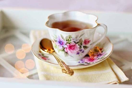 Teetasse feines Blumenmuster hautdünnes Porzellan