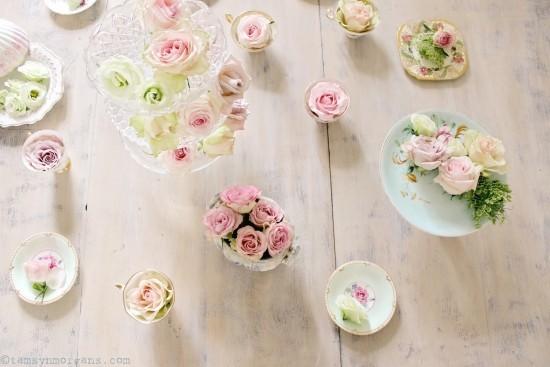 Zarte Blumen überall verteilt rosa Rosen sehr stilvoll