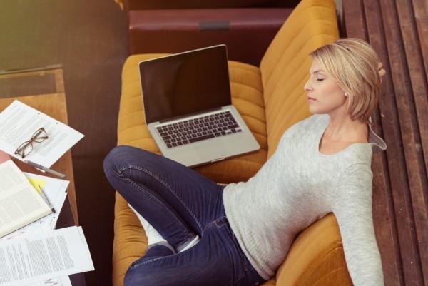 Zu viel Arbeit Stress Auszeit benötigt Pausen machen