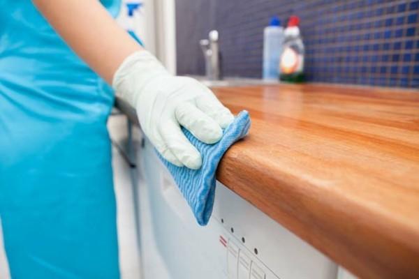 arbeitsfläche in der küche mit zitrone putzen