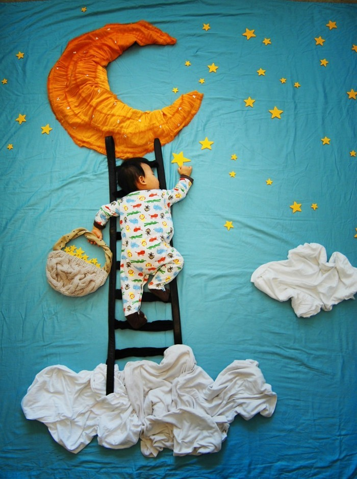 baby fotos ideen fotoshooting ideen kreativ lustige babybilder im spiegel nudelholz sternenhimmel
