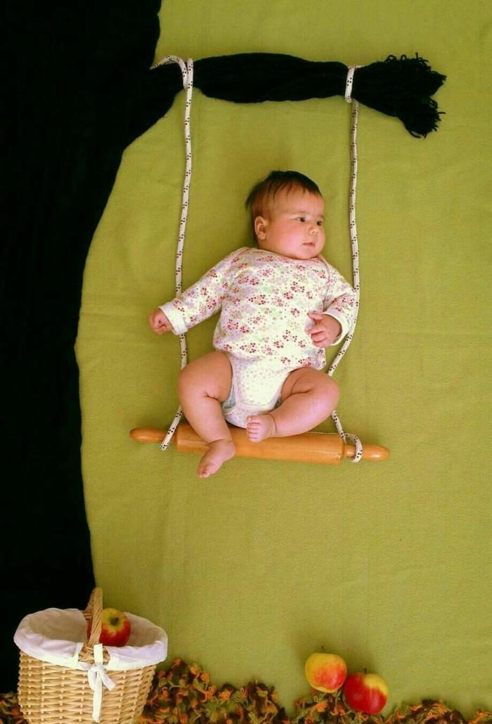 baby fotos ideen fotoshooting ideen kreativ lustige babybilder im spiegel nudelholz