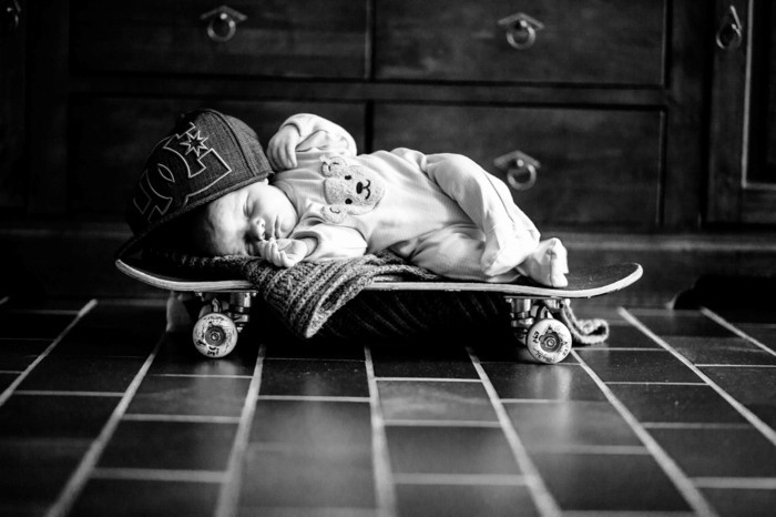 baby fotos ideen fotoshooting ideen kreativ lustige babybilder skateboard