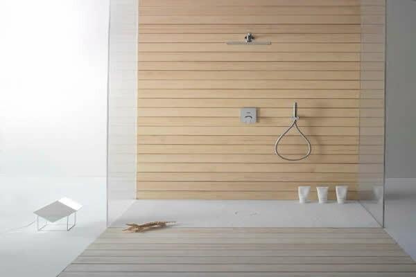 bad neu gestalten Holzflächen Badewanne