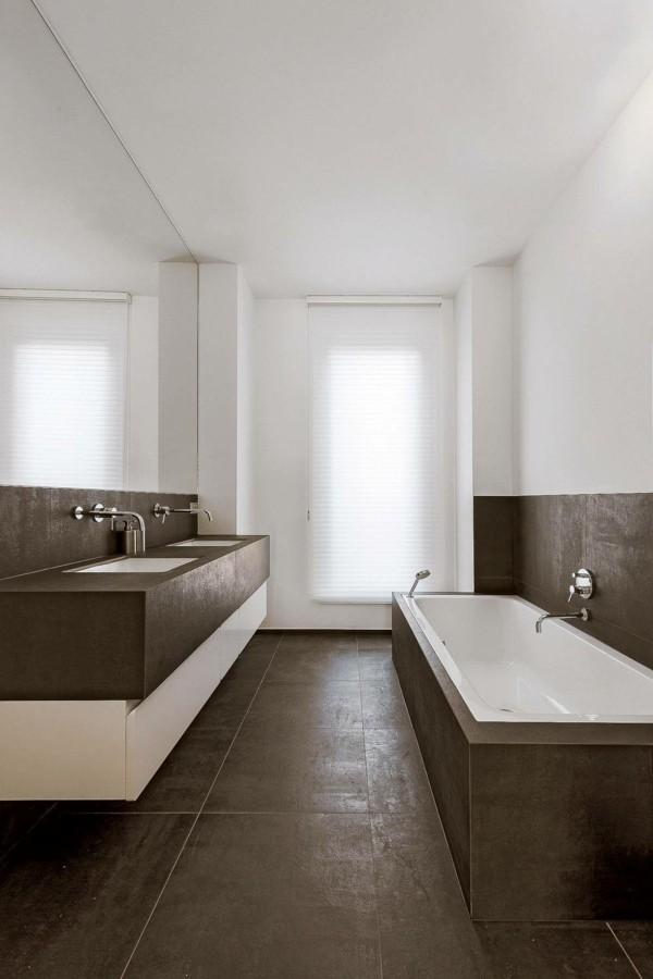 badezimmer braun brauner boden weiße wände