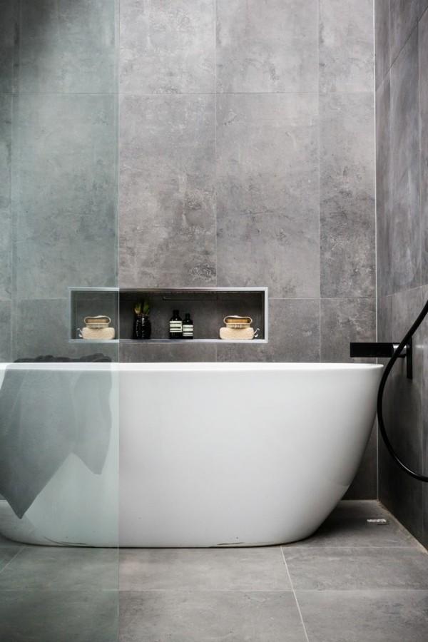 badezimmer grau betonfliesen weiße badewanne