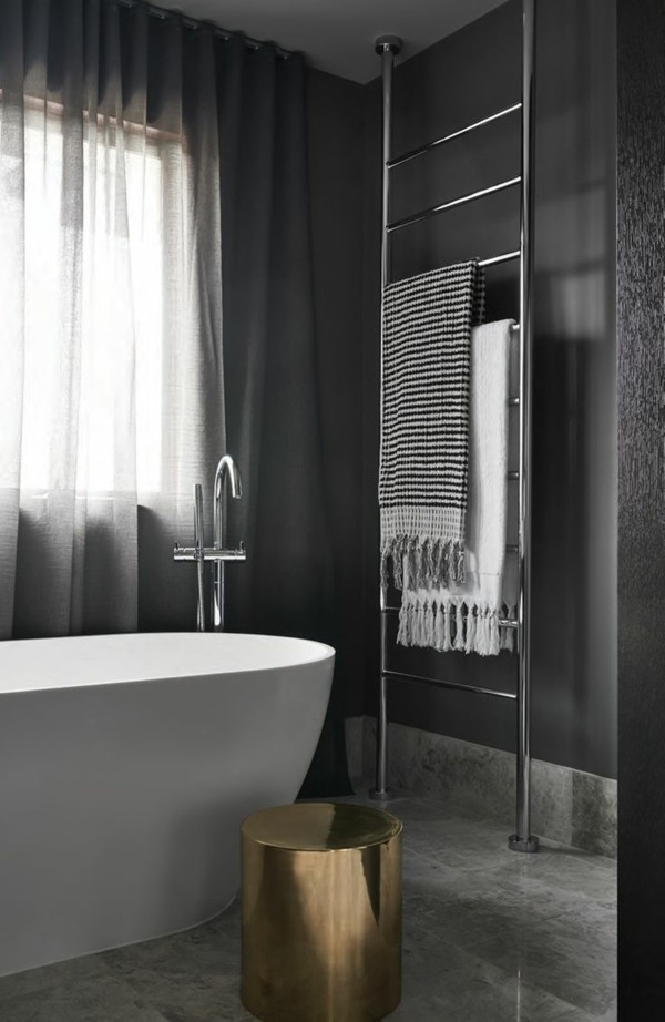 Badezimmer Grau Dunkelgraue Wandgestaltung Ausgefallener Beistelltisch